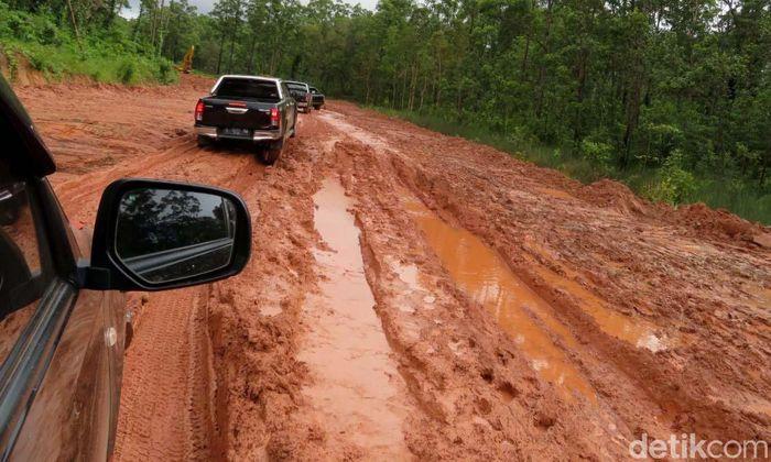 Menteri Pekerjaan Umum dan Perumahan Rakyat (PUPR) Basuki Hadimuljono menjajal jalan Trans Papua sepanjang 428 km Merauke-Boven Digoel melalui jalur darat.