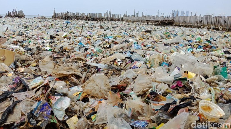 Sandiaga Janji Singkirkan Lautan Sampah di Teluk Jakarta