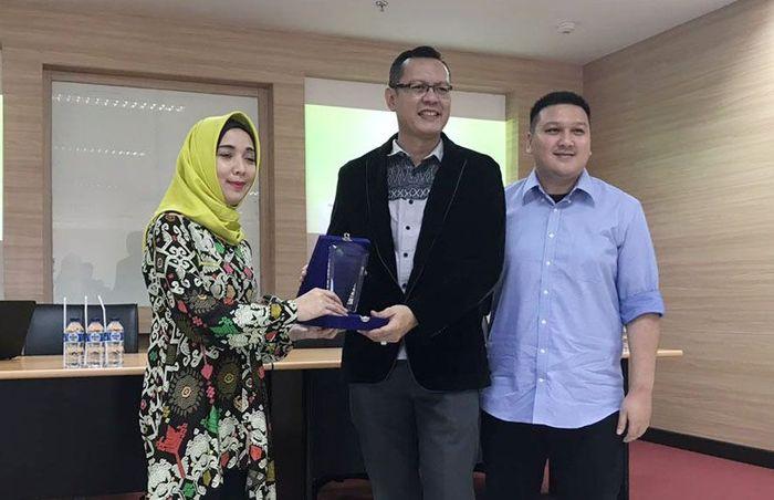 Usai acara, Manager Humas Fakultas Vokasi UI, Ahmad Ridho memberikan kenang-kenangan kepada Direktur AMITRA. Foto: dok. Universitas Indonesia