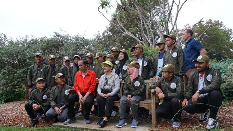 Presiden Joko Widodo dan istrinya, Iriana Jokowi, berolahraga pagi di The Royal Botanical Garden, Sydney, Australia pada Sabtu (17/3) kemarin. Di kawasan ini mereka bertemu sejumlah pelajar asal Indonesia. (Aditya Mardiastuti/detikTravel)