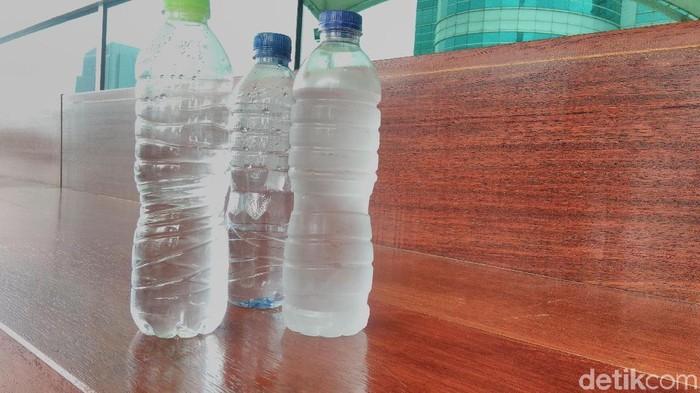 Mikroplastik di air minum kemasan disebut WHO memiliki risiko kesehatan yang rendah. (Foto ilustrasi: Hans Henricus BS Aron/detikcom)