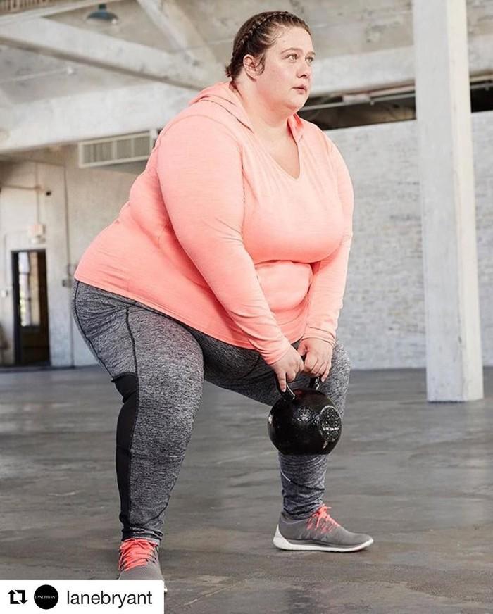 Jangan menilai orang dari luarnya saja. Krista Henderson memang memiliki badan plus-size tapi ia adalah atlet! Ia bahkan telah berkompetisi di lebih dari 20 kompetisi termasuk di antaranya triatlon, duathlons dan setengah maraton. (Foto: Instagram/borntoreignathletics)