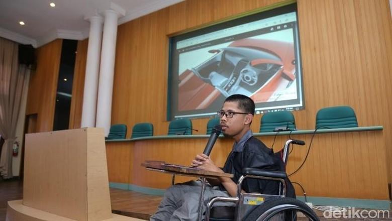 Fahmi di ruang multimedia UGM menjelaskan soal desain mobilnya Foto: UGM