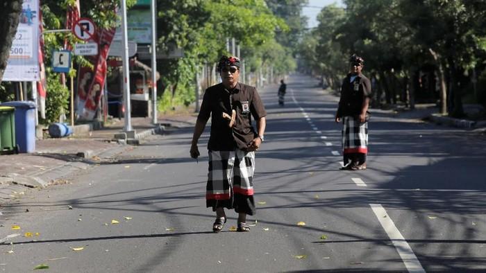 Pecalang berjaga di jalanan saat Nyepi. Foto: Dok. Reuters/Johannes P. Christo