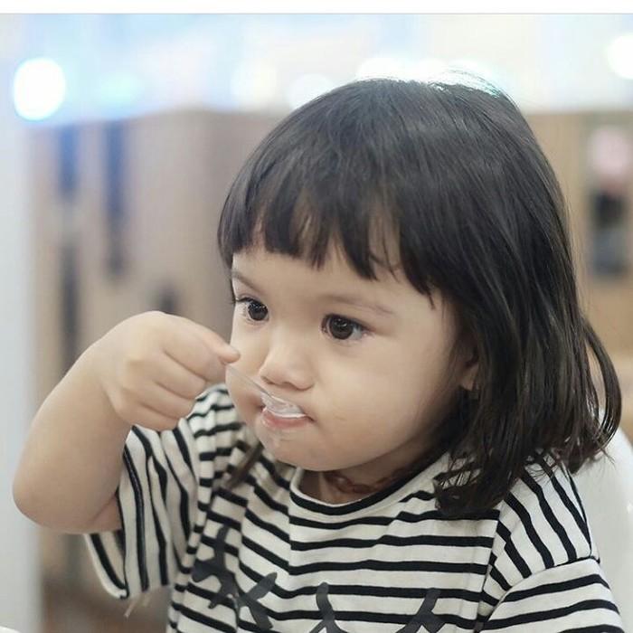 Pasti tahu siapa ini. Ya! Ini Gempita, anak Gading Marteen dan Gisela Anastasia. Duh, makan es krim aja bahagia banget ekspresinya! Foto: Instagram @gisel_la