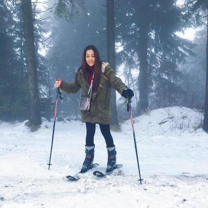 Leaving footprints in the snow, tulisnya pada keterangan foto saat ia berpetualang ke Jerman. (Foto: Instagram/yofina)