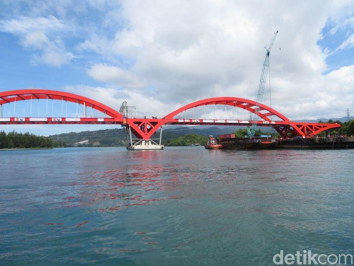 Ada dua span atau bentang tengah yang terpasang di Jembatan ini. Masing-masing memiliki tinggi 20 meter, lebar 26 meter, panjang 112,5 meter, dan berat 2.000 ton