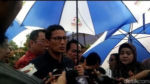 Gimmick Sandi di Ancol: Kantongi Dodol dan Muka Tertutup Payung