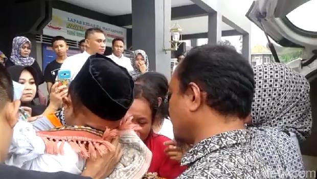 Video seorang tahanan yang memeluk jasad balita sambil menangis jadi viral di media sosial.