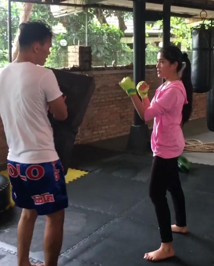 Mungkin tidak akan ada yang menyangka kalau diam-diam Yofina hobi latihan Muay Thai. (Foto: Instagram/yofina)