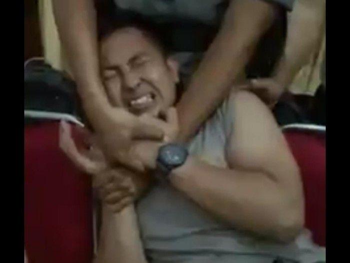 Ekspresi takut disuntik dari polisi yang videonya sempat viral. (Foto: Facebook)