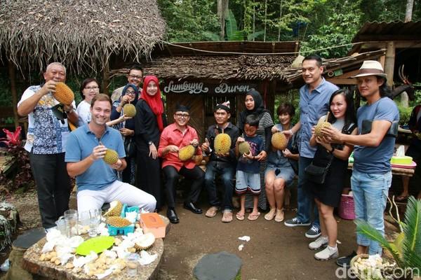 Kampung Durian memang dikhususkan untuk memperkenalkan durian Banyuwangi. Animo pengunjung pun cukup besar. Mereka antusias dengan destinasi ini. (Ardian/detikTravel)