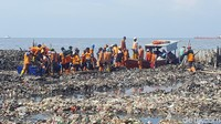 Pemprov DKI Jakarta pada hari pertama pembersihan, Sabtu (17/3), menerjunkan 150 petugas dan empat kapal fiber untuk proses pengangkutan. Total 19,3 ton sampah berhasil diangkut. Sampah-sampah itu lanjut dibersihkan pada Minggu (18/3). (Foto: Zunita Amalia Putri/detikcom)