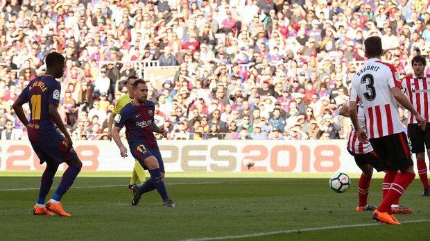 Paco Alcacer membuka keunggulan untuk Barcelona saat laga berjalan delapan menit.