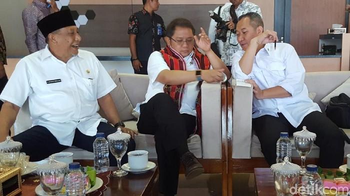 (ki-ka) Mahmud Abdullah (Wakil Bupati Sumbawa), Rudiantara, dan M. Syafrudin (Anggota Komisi I DPR), saat berada di Bandar Udara Sultan Muhammad Kaharudin III, Kabupaten Sumbawa, NTB. Foto: detikINET/ Muhamad Imron Rosyadi