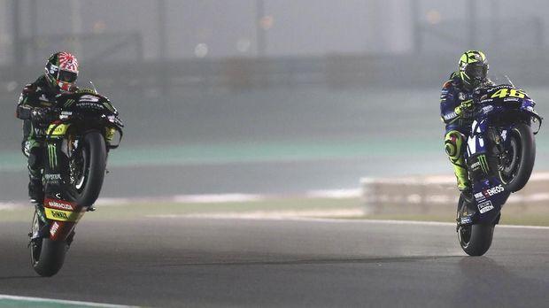 Valentino Rossi (kanan) melakukan selebrasi seusai MotoGP Qatar 2018.