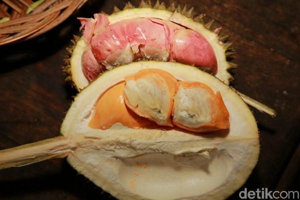 Traveler mesti mencicipi durian bakar. Rasanya dijamin beda. Kadar air buah durian berkurang sehingga rasanya lebih legit dan kesat. (Ardian/detikTravel)