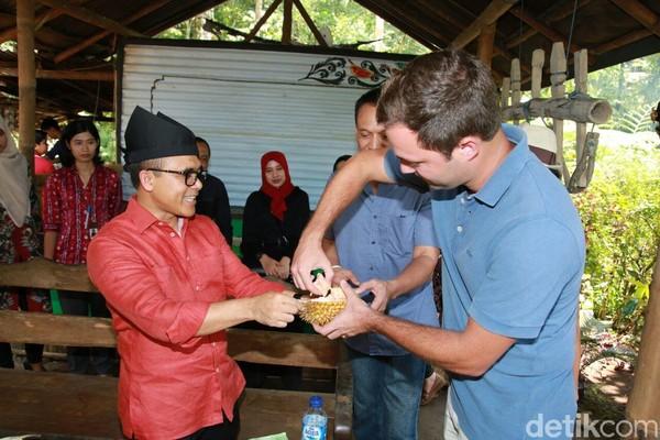 Ada juga wisatawan bule yang datang dan menyicipi durian khas Banyuwangi ini. Durian di Banyuwangi ada sepanjang musim, jadi traveler tidak perlu khawatir kehabisan. (Ardian/detikTravel)