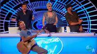 Benjamin Glaze terjatuh setelah dicium bibir oleh Katy Perry.