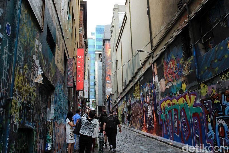 Grafiti di dinding memang identik dengan vandalisme. Namun sebuah gang Hosier Lane di Melbourne yang penuh coretan, malah menarik banyak wisatawan. (Randy/detikTravel)