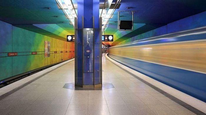 Stasiun Candidplatz, Munich, Jerman. Stasiun ini terlihat cantik berkat sentuhan warna-warni yang melekat di dinding bangunan. Pilihan warna cerah dan ceria membuatnya terlihat menarik./Foto: Popular Mechanics