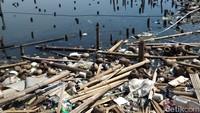 Tak hanya di Penjaringan, tumpukan sampah juga ditemukan di Marunda, Jakarta Utara. Bedanya, sampah-sampah di Marunda tak sebanyak di Penjaringan. Meski demikian, tetaplah tak sedap dipandang mata. (Foto: Yulida Medistiara/detikcom)