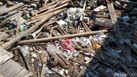 Sampah yang berserakan di Pantai Marunda, Cilincing, Jakarta Utara, disebut warga ditumpuk untuk dijadikan akses jalan. Kalau lagi kering atau surut kan diambilin PPSU, dibuangnya ke situ, itu diuruk buat jalan, ujar seorang warga bernama Inggrit di Pantai Marunda, Jalan Gang VII RT 3/07, Cilincing, Jakarta Utara. (Foto: Yulida Medistiara/detikcom)