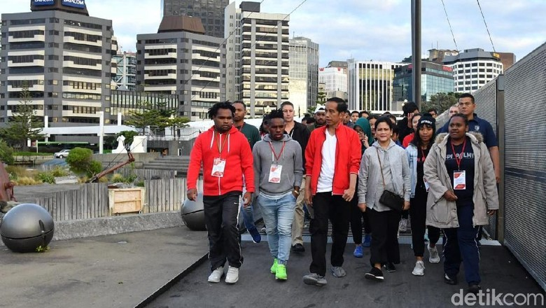 Foto: Jokowi Jalan Kaki Sambil Dengarkan Curhat WNI di Selandia Baru