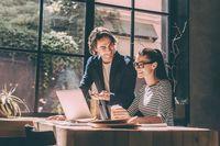 Duduk dekat jendela dapat meningkatkan produktivitas kerja.