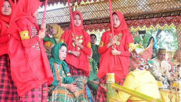 Kerajaan Bugis Nobatkan Raja Perempuan, Diarak di Tandu