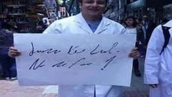 Tulisan dokter sejak dulu dikenal sulit dibaca kecuali oleh beberapa orang saja. Fenomena ini oleh warganet dijadikan meme yang lucu-lucu.
