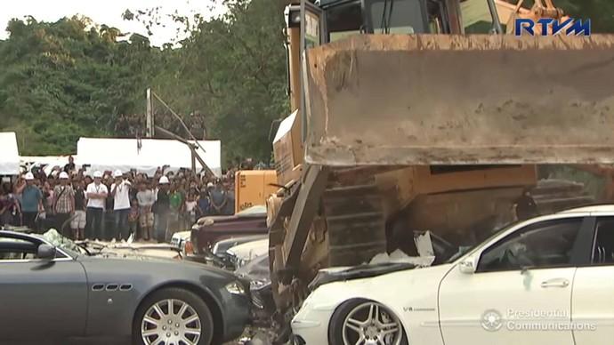 Dilihat dari akun Facebook milik stasiun televisi setempat, RTVM terlihat ada 14 mobil mewah yang dibeli secara selundupan dihancurkan dengan bulldozer.Foto: Facebook RTVM