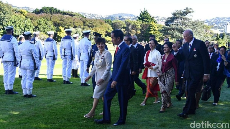 Foto: Adu Hidung Jokowi dan Tetua Suku Selandia Baru