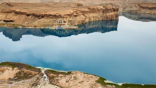 Yang jelas, danau Band-e Amir ini menawarkan oase kesegaran di tengah carut-marutnya Afghanistan. Danau Band-e Amir ditetapkan sebagai kawasan taman nasional di Afghanistan pada tahun 2009. Penetapan itu membuat Band-e Amir menjadi taman nasional pertama di Afghanistan. (UNDP)
