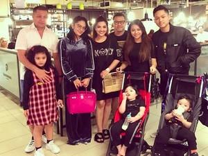 Salam Kompak! Keluarga Krisdayanti dan Ashanty Foto Bareng