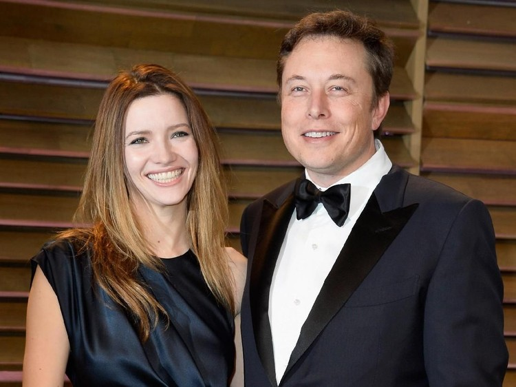 WEST HOLLYWOOD, CA - MARCH 02:  Actress Talulah Riley (L) and CEO of Tesla Motors Elon Musk attend the 2014 Vanity Fair Oscar Party hosted by Graydon Carter on March 2, 2014 in West Hollywood, California.  (Photo by Pascal Le Segretain/Getty Images)
