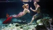 Romantis! Pria Lamar Kekasihnya di Dalam Air Bertema Putri Duyung