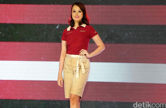 Salah seorang pramugari cantik Citilink saat memamerkan seragam baru di Jakarta, Senin (19/3/2018).