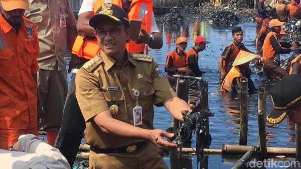 Anies Perkirakan Total Sampah di Teluk Jakarta 100 Ton Lebih