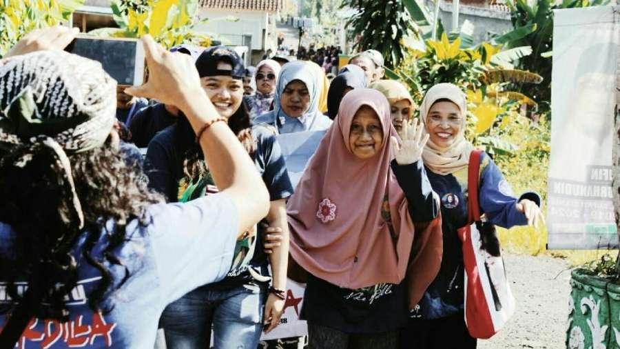Ramainya Para Fans saat Ziarah Kuburan Nike Ardilla