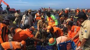 Tinjau Teluk Jakarta, Anies Ikut Ambil Sampah Pakai Tangan