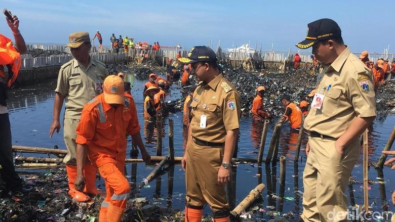 Momen Anies Bersihkan Lautan Sampah Teluk Jakarta Pakai Tangan