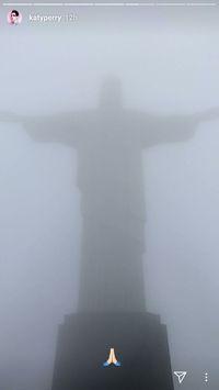 Patung yang tertutup kabut (katyperry/Instagram)
