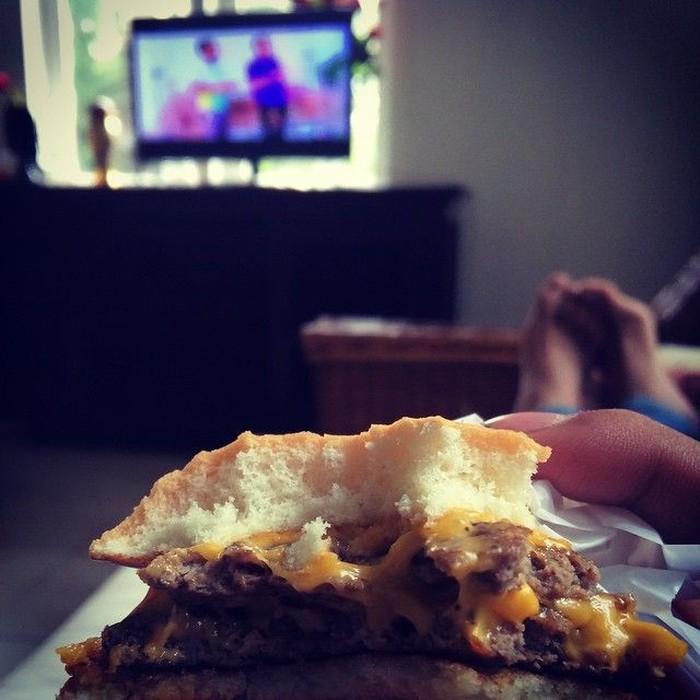 Ini dia makanan kesukaan Bastian Steel. Ya! Cheese burger. Saking sukanya, ia selalu menulis tagar cheeseburger di setiap unggahan foto dirinya dan makanan. Foto: Instagram @bastiansteel
