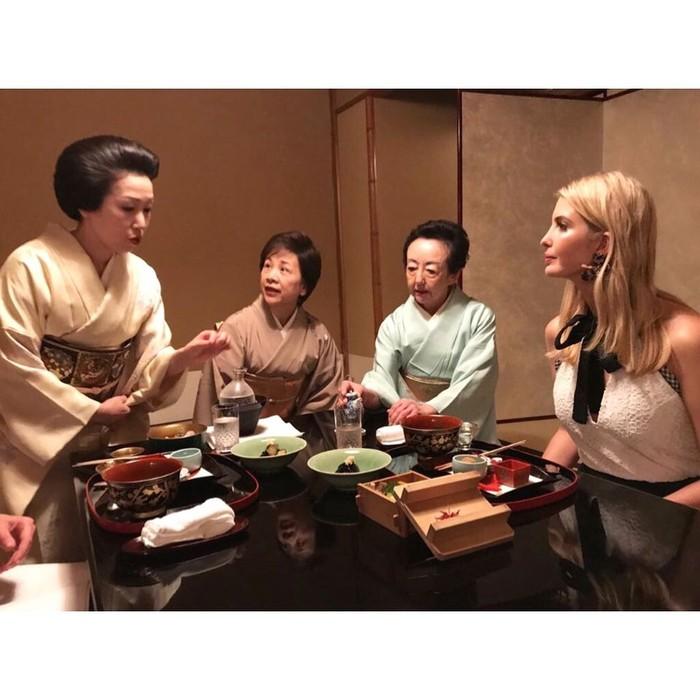 Berkunjung ke Jepang, anak Donald Trump ini mencicip hidangan tradisional Kaiseki di Tokyo. Kira-kira Ivanka suka nggak ya makanan Jepang? Foto: Instagram @ivankatrump