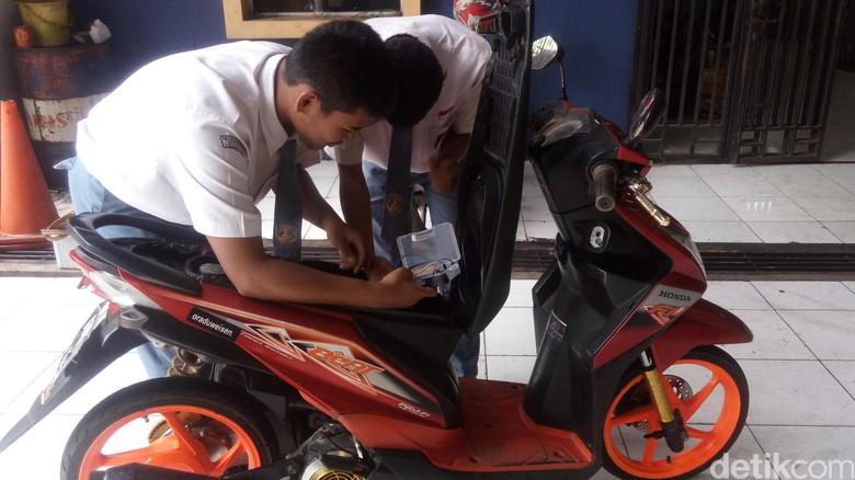 Dua anak SMK Semarang ini bikin sistem anti-maling untuk motor. Foto: Eko Susanto/detikcom