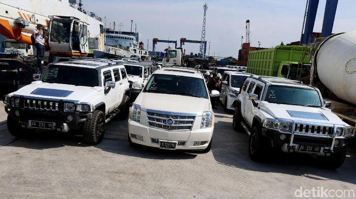 Deretan Mobil Mewah Bupati Abudl Laif yang Disita KPK Foto: Ari Saputra