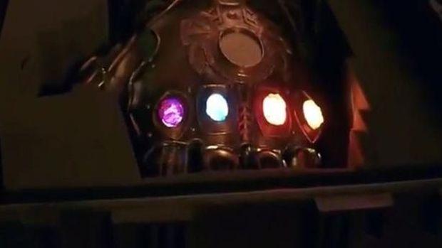 Tangan Thanos dengan Infinity Stone