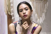 Watch Maudy Ayunda video