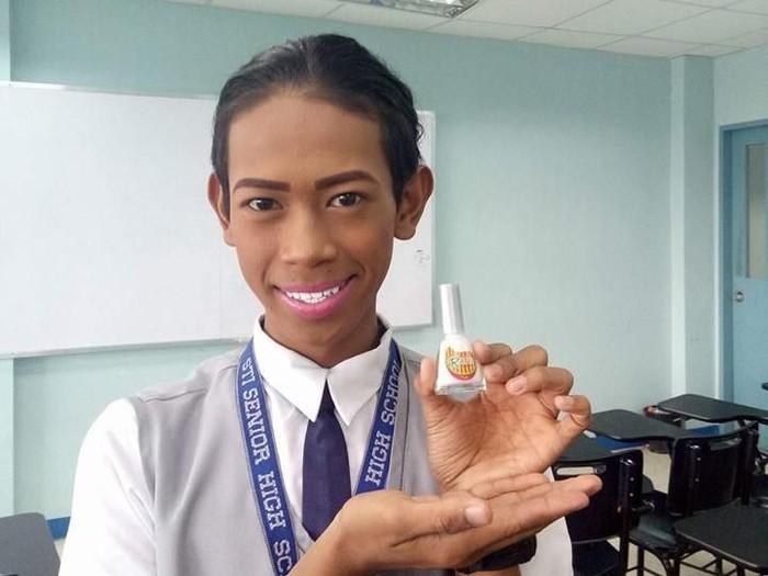 Giginya putih terang karena memakai cat kuteks. (Foto: Facebook/Chenny Grace Destacamento Espelico)